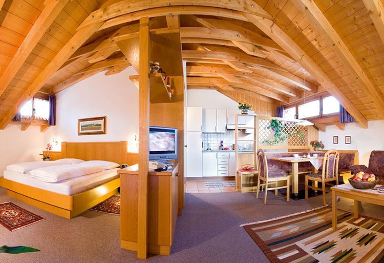ferienwohnungen mit pool in dorf tirol bei meran. Black Bedroom Furniture Sets. Home Design Ideas